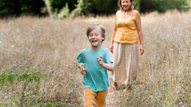 Grootmoeder en kind hebben plezier