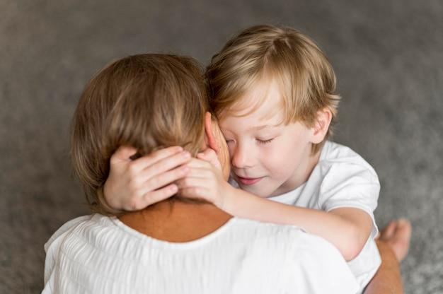 Grootmoeder en kind knuffelen