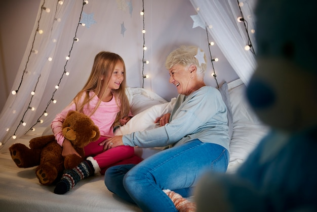 Grootmoeder en kleindochter in de slaapkamer
