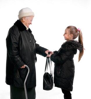 Grootmoeder en kleindochter in geïsoleerde de winteruitloper
