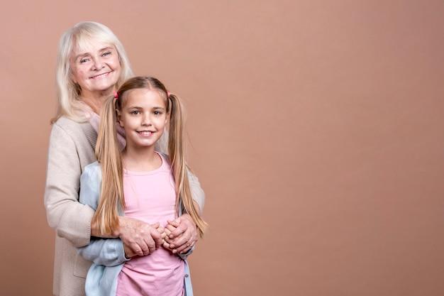 Grootmoeder en kleindochter met exemplaar ruimteachtergrond