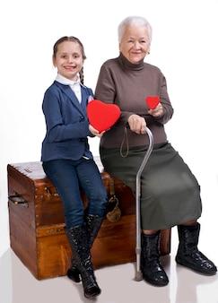 Grootmoeder en kleindochter met harten op een witte achtergrond