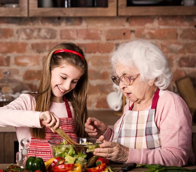 Grootmoeder en kleindochter samen koken