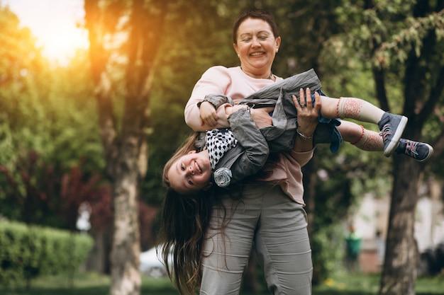 Grootmoeder en kleinkind in park