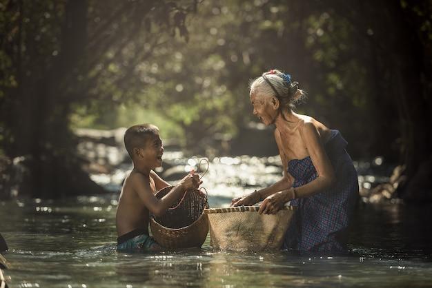 Grootmoeder en kleinkinderen