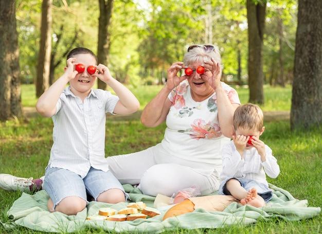Grootmoeder en kleinzonen dollen