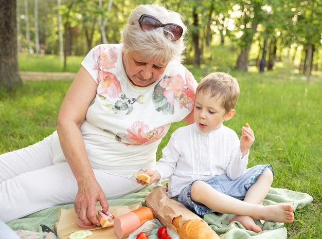 Grootmoeder en kleinzoon eten