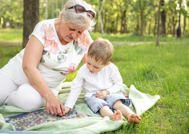 Grootmoeder en kleinzoon samen bordspel spelen