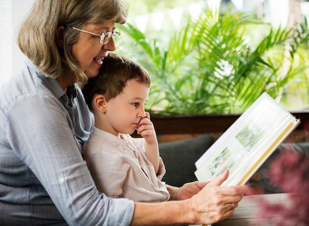 Grootmoeder en kleinzoon samen lezen van een boek