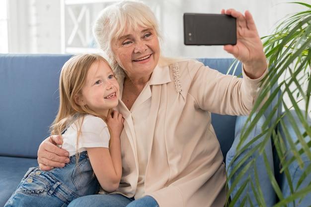 Grootmoeder en meisje selfie