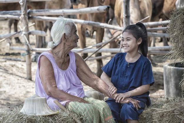 Grootmoeder en nicht op het platteland.