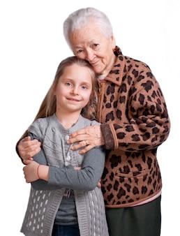 Grootmoeder haar kleindochter knuffelen op een witte achtergrond