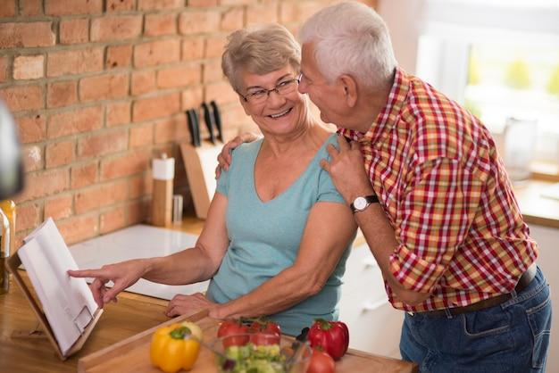 Grootmoeder in de rol van de beste kok
