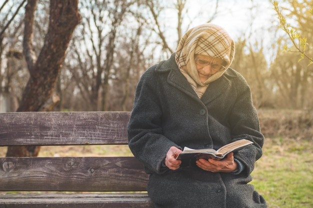 Grootmoeder leest de heilige schriftbijbel. denken aan god