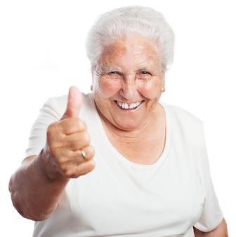 Grootmoeder met een opgeheven duim