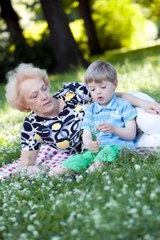 Grootmoeder met haar kleinzoon in het park