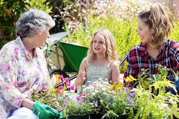 Grootmoeder, moeder en dochter samen tuinieren
