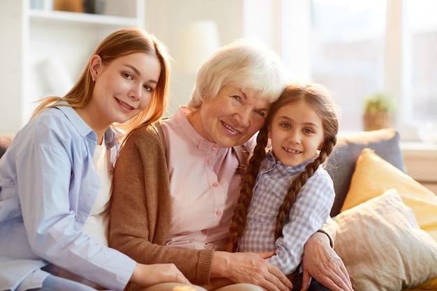 Grootmoeder poseren met familie
