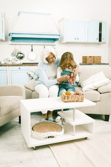 Grootmoeder show breiles aan haar kleindochter