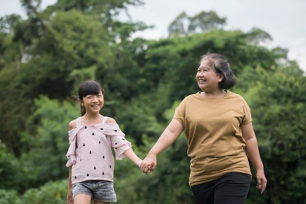 Grootmoeder spelen met kleindochter buiten in het park