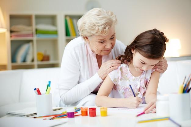 Grootmoeder tijd doorbrengen met haar kleindochter
