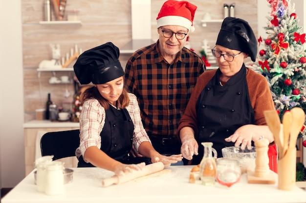 Grootouder draagt schort op eerste kerstdag en helpt nichtje