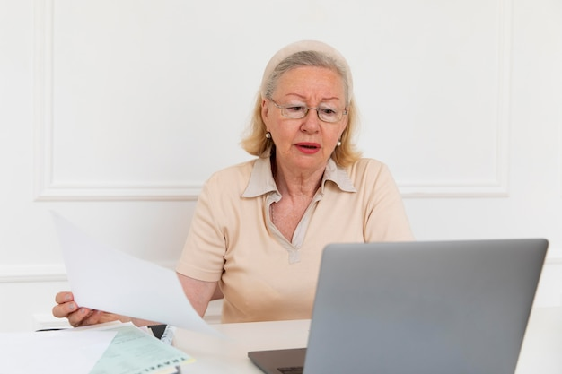 Grootouder leert digitaal apparaat te gebruiken