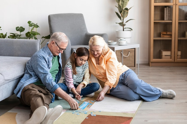 Grootouders en kinderen die puzzel doen