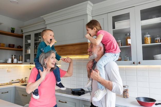 Grootouders en kinderen medium shot