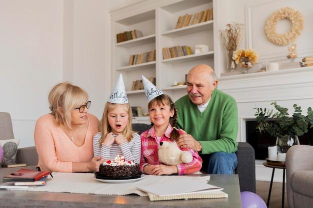 Grootouders en kleindochters binnenshuis
