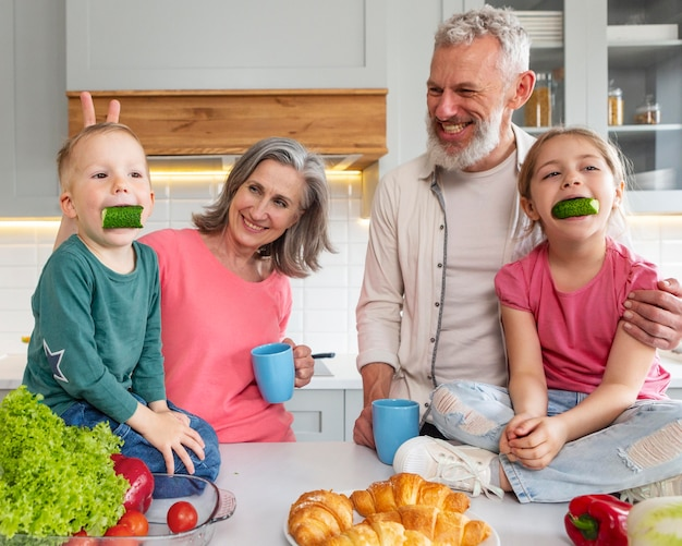 Grootouders en kleinkinderen medium shot Gratis Foto