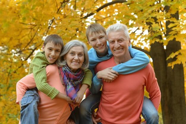 Grootouders en kleinkinderen samen in herfstpark