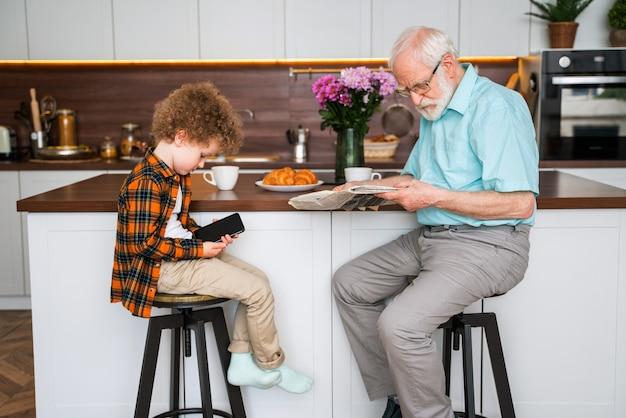 Grootouders en kleinzoon spelen thuis - familie thuis, grootvader zorgt voor neef