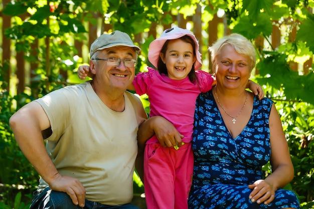 Grootouders met haar kleindochter