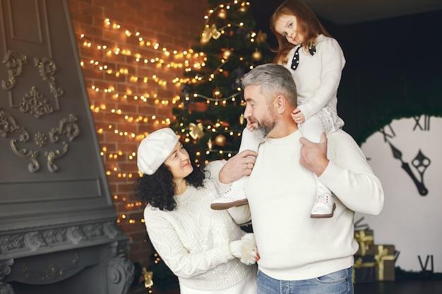 Grootouders met hun kleindochter. kerst vieren in een gezellig huis.
