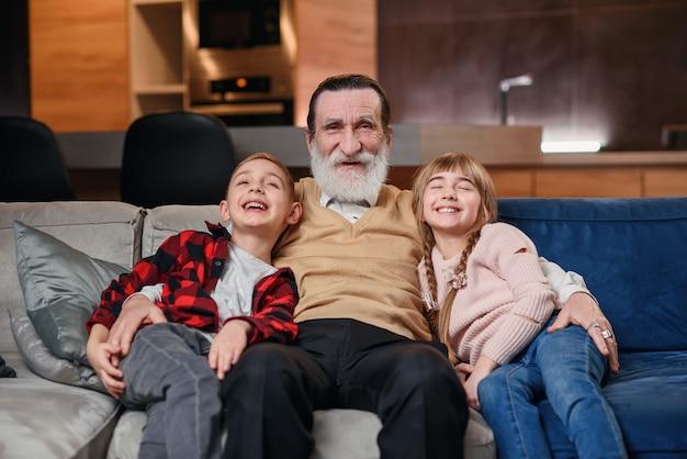 Grootouders spelen en plezier maken met hun kleindochter