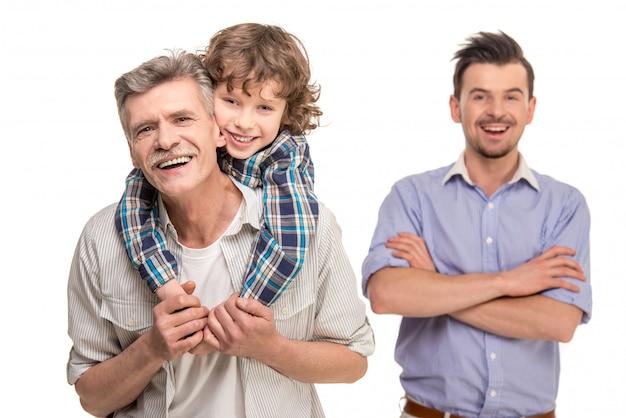 Grootvader die op de rug rit geeft aan zijn zoon.