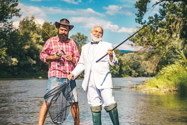 Grootvader en jongen die samen vissen