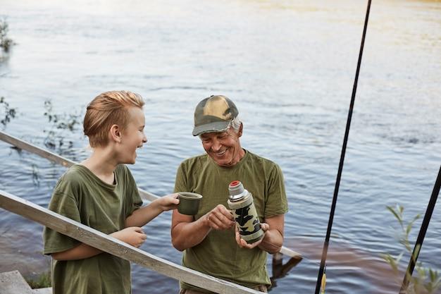 Grootvader en jongen samen vissen