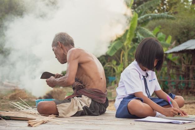 Grootvader en kleindochter op platteland. het leven in landelijk azië