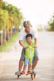 Grootvader en kleinzoon spelen met geluk in park thuisdorp