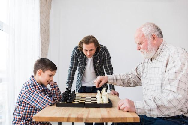 Grootvader en kleinzoon spelen schaak