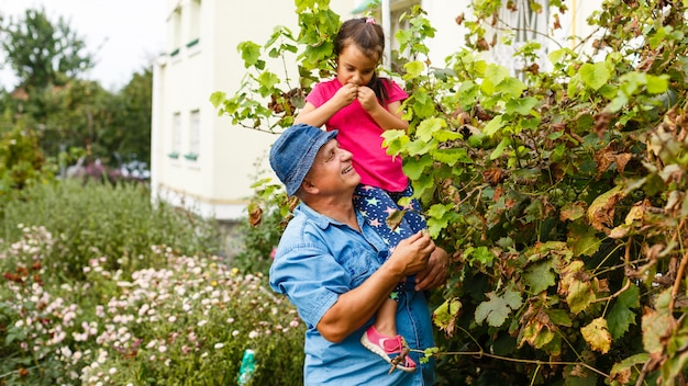 Grootvader en zijn kleinkinderen in wijngaard