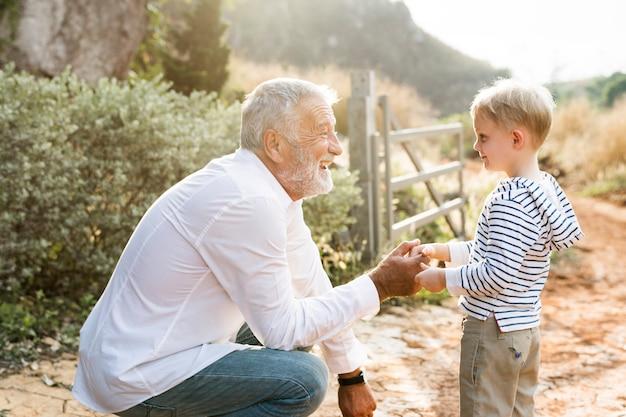 Grootvader handen schudden met zijn kleinzoon