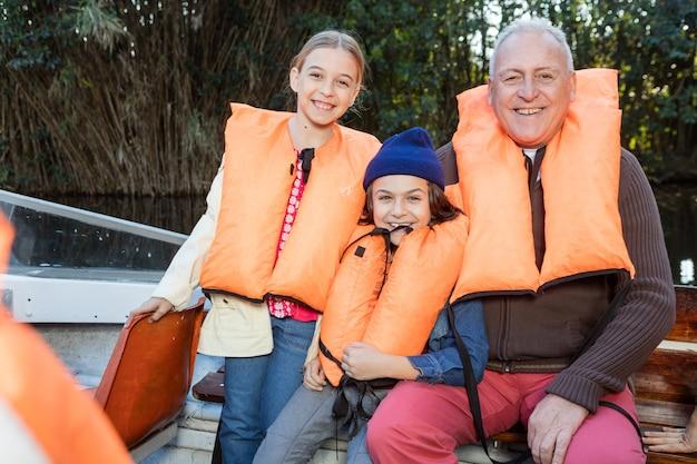 Grootvader met een geweldige dag met hun kleinkinderen buiten