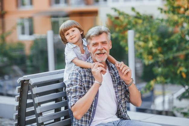 Grootvader met een kleinzoon op een wandeling