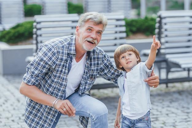 Grootvader met een kleinzoon tijdens een wandeling