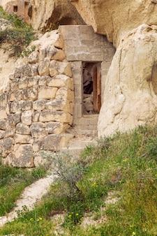 Grot in de bergen van cappadocië.