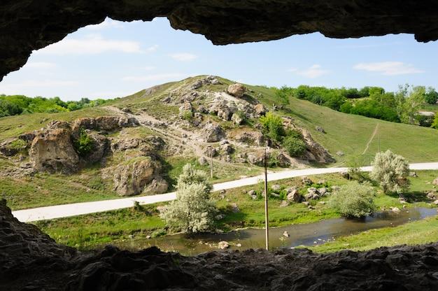 Grot in toltre dichtbij het busteni-dorp, glodeni-district, moldavië. toltrels zijn kalksteenrots, de koraalriffen in de zee bedekten deze landen honderden miljoenen jaren geleden.
