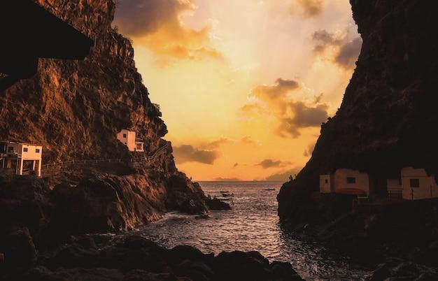Grot van de stad poris de candelaria aan de kust van het eiland la palma, canarische eilanden